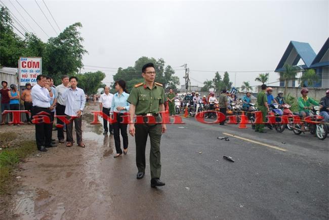 Rất nhiều người tập trung theo dõi  vụ tai nạn giao thông xe khách ở Tây Ninh.