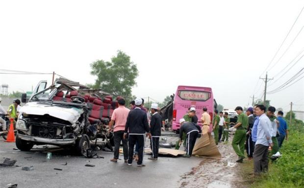 Nhân chứng vụ tai nạn 6 người chết: Sau tiếng nổ như bom, chiếc xe bị xé toang mái và hông - Ảnh 5.