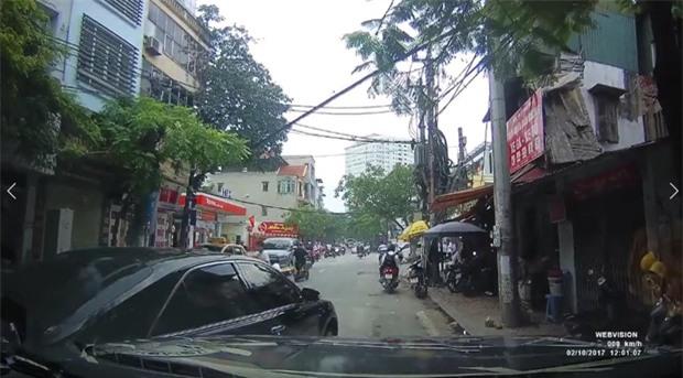 Video: Va chạm trên phố Thụy Khuê (Hà Nội), 2 tài xế bình tĩnh xem xét rồi niềm nở bắt tay nhau đầy thân thiện - Ảnh 2.