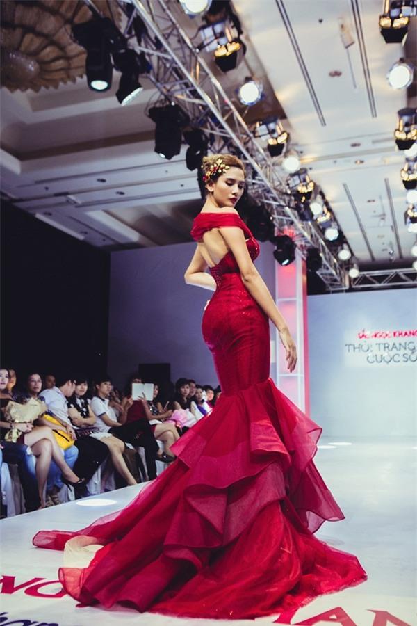 Võ Hoàng Yến và những màn catwalk đẹp thần sầu đẳng cấp quốc tế-4
