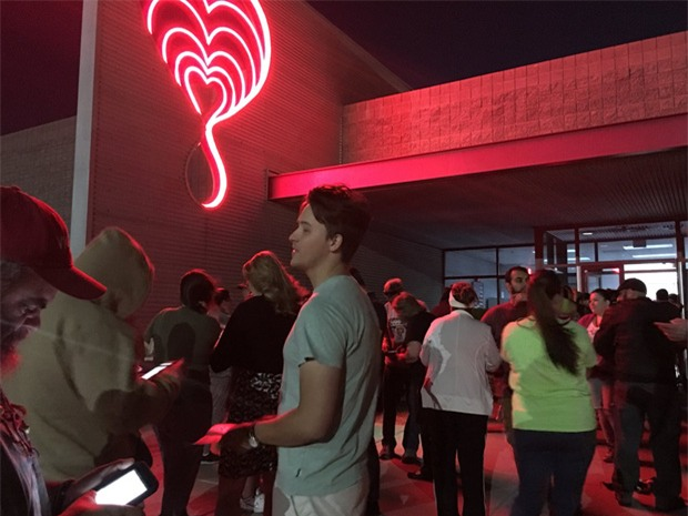 Xả súng ở Las Vegas: Hàng trăm người xếp hàng 6 giờ đồng hồ để chờ hiến máu - Ảnh 1.