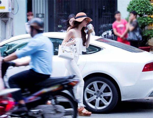 Hình ảnh Hồ Ngọc Hà xuất hiện bên những chiếc xe sang đã không còn gì xa lạ với mọi người. - Tin sao Viet - Tin tuc sao Viet - Scandal sao Viet - Tin tuc cua Sao - Tin cua Sao