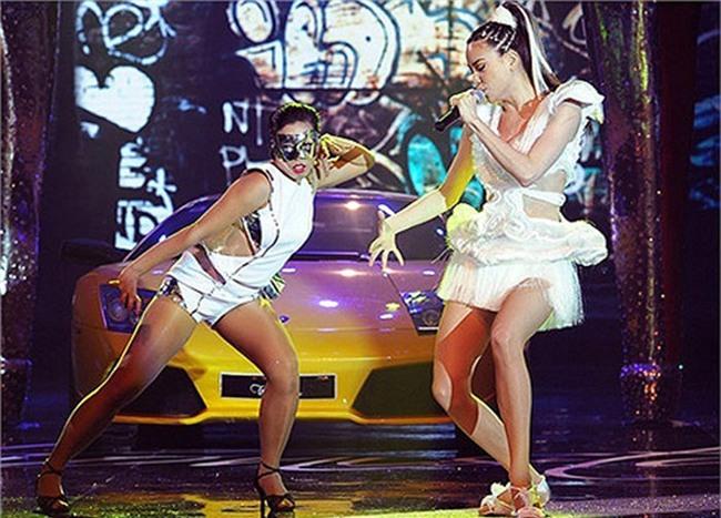 Thậm chí, có lần Hà Hồ còn mang cả xe hơi lên sân khấu trong liveshow riêng của cô. - Tin sao Viet - Tin tuc sao Viet - Scandal sao Viet - Tin tuc cua Sao - Tin cua Sao