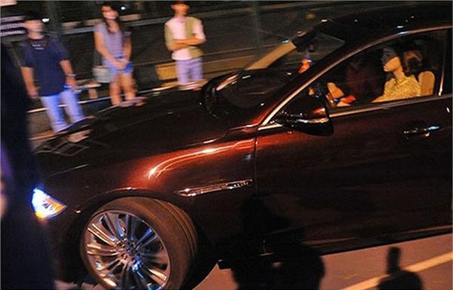 Cách đó vài tháng, nữ ca sĩ lại gây xôn xao khi tự lái chiếc xe hơi màu mận chín đến điểm biểu diễn. - Tin sao Viet - Tin tuc sao Viet - Scandal sao Viet - Tin tuc cua Sao - Tin cua Sao
