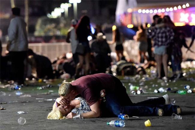 Chồng hy sinh thân mình che chắn cho vợ khỏi làn đạn trong vụ xả súng kinh hoàng ở Las Vegas - Ảnh 2.