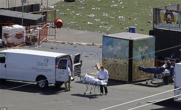 Cảnh tượng đau lòng sau vụ thảm sát đẫm máu nhất nước Mỹ: Túi đựng thi thể chồng chất, máu vương vãi khắp nơi - Ảnh 1.