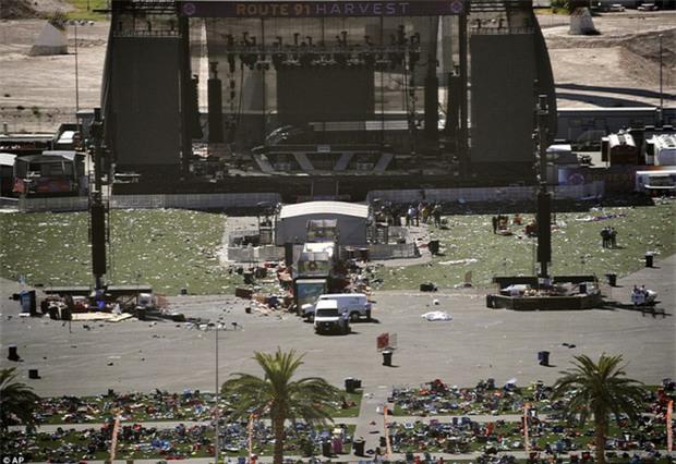 Cảnh tượng đau lòng sau vụ thảm sát đẫm máu nhất nước Mỹ: Túi đựng thi thể chồng chất, máu vương vãi khắp nơi - Ảnh 3.