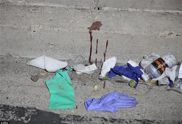 Cảnh tượng đau lòng sau vụ thảm sát đẫm máu nhất nước Mỹ: Túi đựng thi thể chồng chất, máu vương vãi khắp nơi - Ảnh 6.