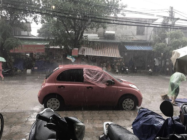 Chiếc áo mưa giấy, xe mất ô cửa và hành động đẹp khiến nhiều người thích thú - Ảnh 3.
