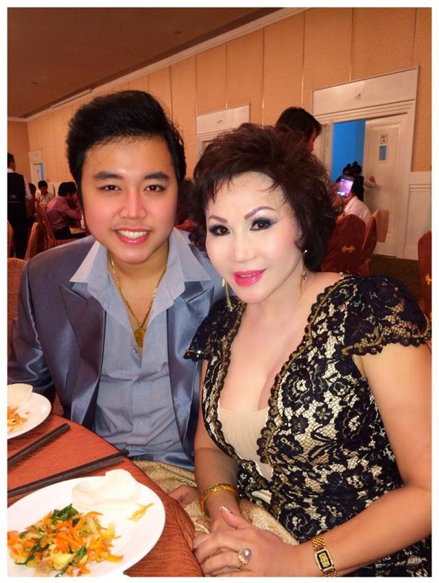 Khi xuất hiện cùng nhau ở sự kiện, Hoàng Việt luôn dành cho Yvonne những cử chỉ tình tứ như người mới yêu nhau.