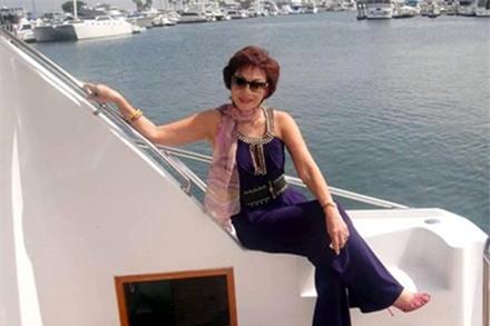 Được biết, bà Yvonne Thúy Hoàng là một triệu phú ngành công nghiệp thời trang Hollywood. Bà từng lọt vào top 500 trong CLB triệu phú Mỹ.