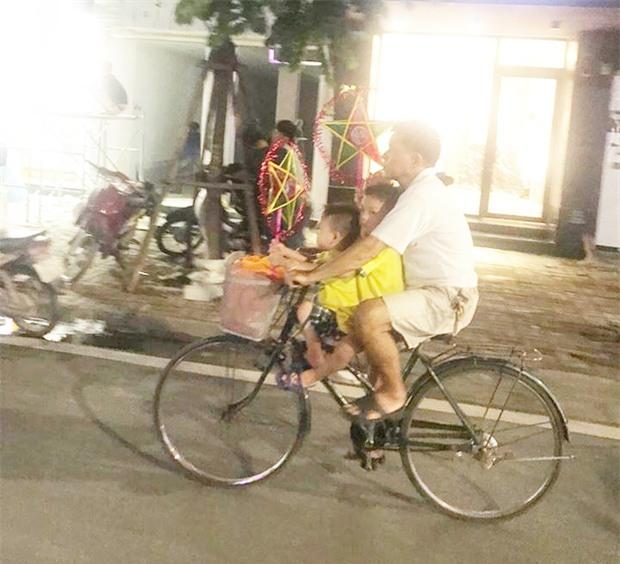 Bình yên và hạnh phúc chỉ đơn giản như vậy: Người cha đạp xe đưa 2 con đi chơi, mua đèn ông sao trong đêm Trung thu - Ảnh 2.