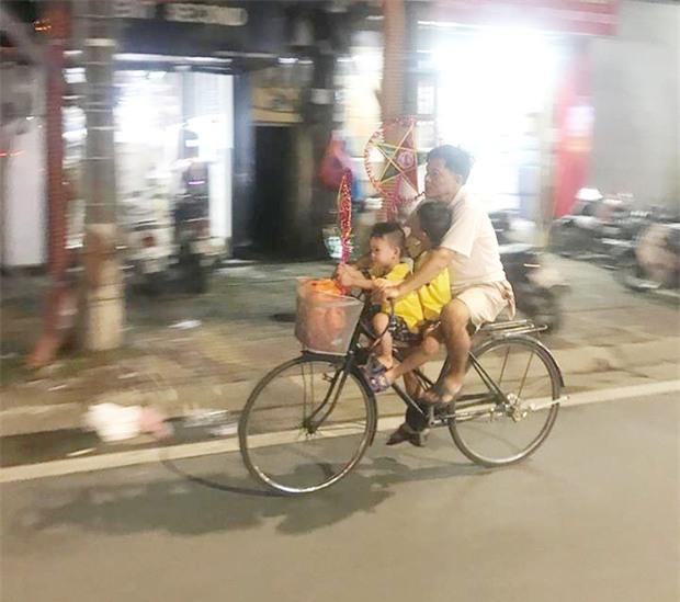 Bình yên và hạnh phúc chỉ đơn giản như vậy: Người cha đạp xe đưa 2 con đi chơi, mua đèn ông sao trong đêm Trung thu - Ảnh 3.