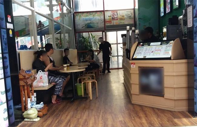 Hà Nội: Bé trai sơ sinh được mẹ đưa vào cửa hàng uống nước bị nhân viên chụp trộm tung lên mạng để câu like  - Ảnh 4.