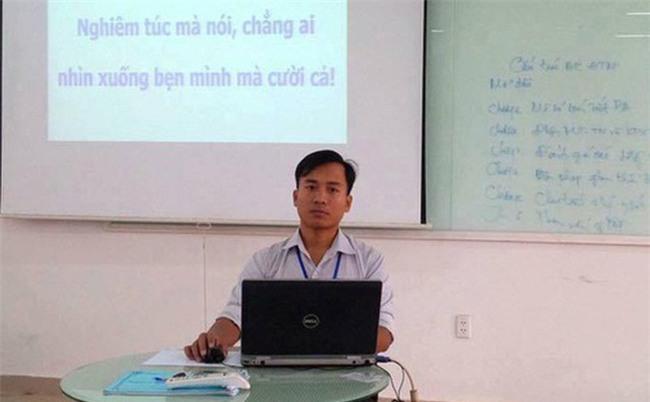 """Lời """"cảnh cáo"""" không được nhắn tin trong lớp siêu bá đạo của thầy giáo trẻ"""