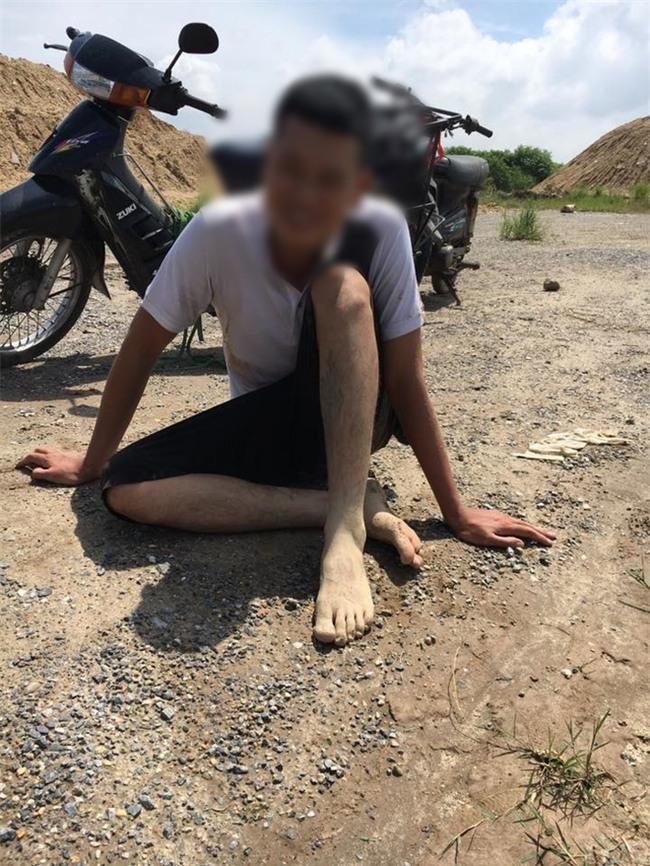 Hà Nội: Thanh niên nhảy cầu tự tử không chết, tự bơi vào bờ ngồi cười sau đó được lực lượng chức năng đưa về nhà - Ảnh 3.