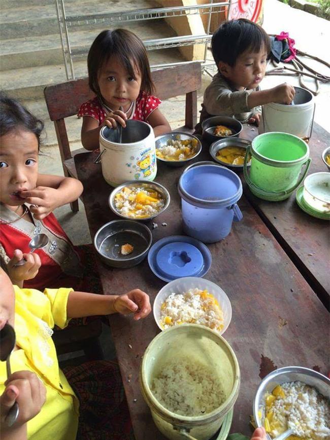 Nghẹn lòng trước câu chuyện về bữa cơm đạm bạc của những em bé vùng cao ngay ngày Trung Thu - Ảnh 1.