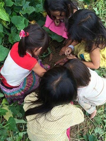 Nghẹn lòng trước câu chuyện về bữa cơm đạm bạc của những em bé vùng cao ngay ngày Trung Thu - Ảnh 2.