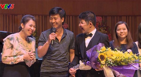 MC Diệp Chi hạnh phúc khi được đứng trên sân khấu cùng với diễn viên Quốc Tuấn và bé Bôm.