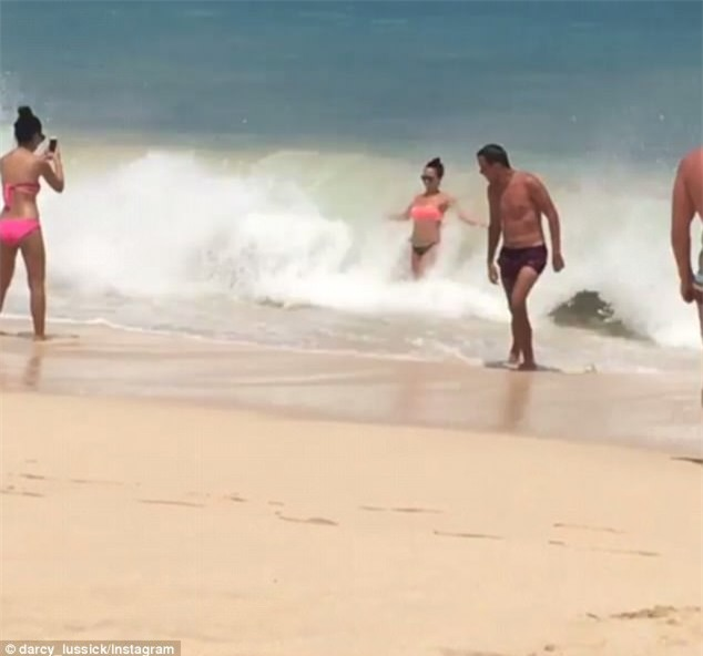 Hớn hở thả dáng chụp hình bên bờ biển, cô gái bị sóng đánh ngã sấp mặt xuống cát - Ảnh 2.