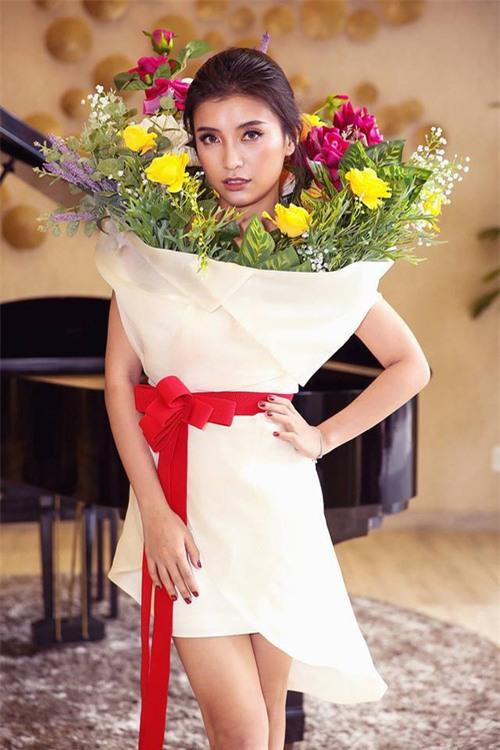 Ngang nhiên mượn thiết kế của Moschino nhưng bó hoa Tiêu Châu Như Quỳnh lại kém sắc trầm trọng - Ảnh 2.
