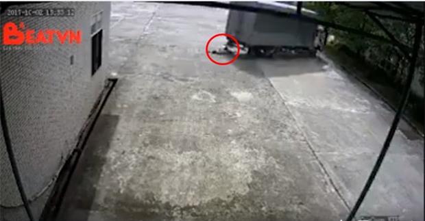 Clip nữ công nhân bị xe tải cán tử vong khi đi bộ trong sân nhà máy khiến nhiều người bàng hoàng - Ảnh 1.