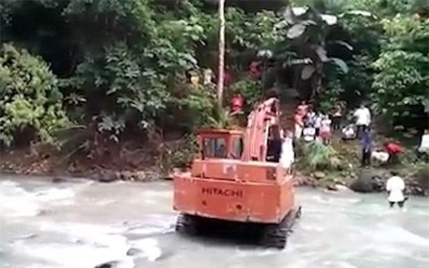 Video: Nước dâng cao chắn lối, cặp uyên ương dùng máy xúc vượt suối về nhà trong đám cưới - Ảnh 3.