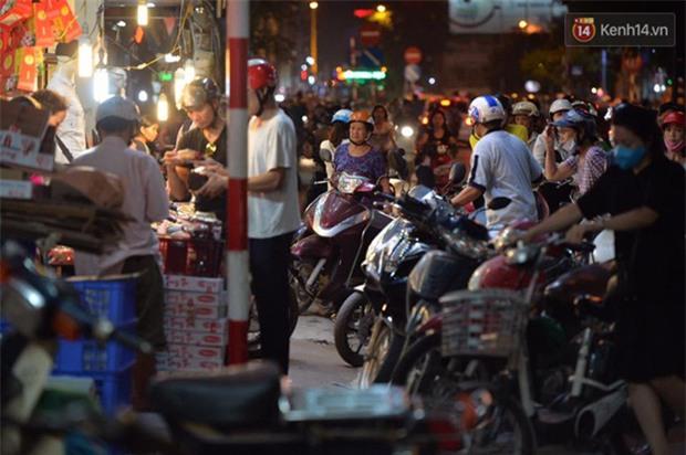 Người dân Hà Nội đổ xô ra vỉa hè mua bánh Trung thu đại hạ giá 15.000 đồng/cái, giao thông hỗn loạn - Ảnh 1.
