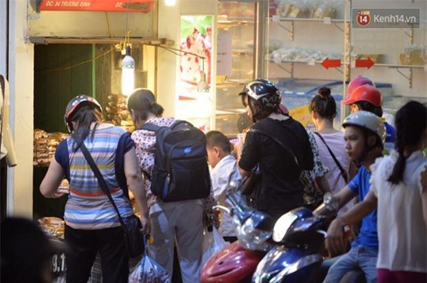 Người dân Hà Nội đổ xô ra vỉa hè mua bánh Trung thu đại hạ giá 15.000 đồng/cái, giao thông hỗn loạn - Ảnh 10.