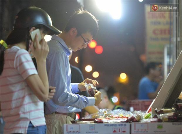 Người dân Hà Nội đổ xô ra vỉa hè mua bánh Trung thu đại hạ giá 15.000 đồng/cái, giao thông hỗn loạn - Ảnh 11.