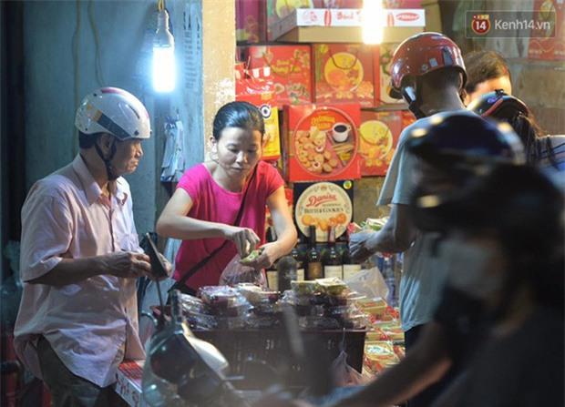 Người dân Hà Nội đổ xô ra vỉa hè mua bánh Trung thu đại hạ giá 15.000 đồng/cái, giao thông hỗn loạn - Ảnh 2.
