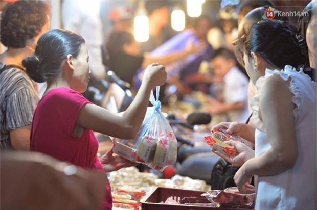 Người dân Hà Nội đổ xô ra vỉa hè mua bánh Trung thu đại hạ giá 15.000 đồng/cái, giao thông hỗn loạn - Ảnh 3.