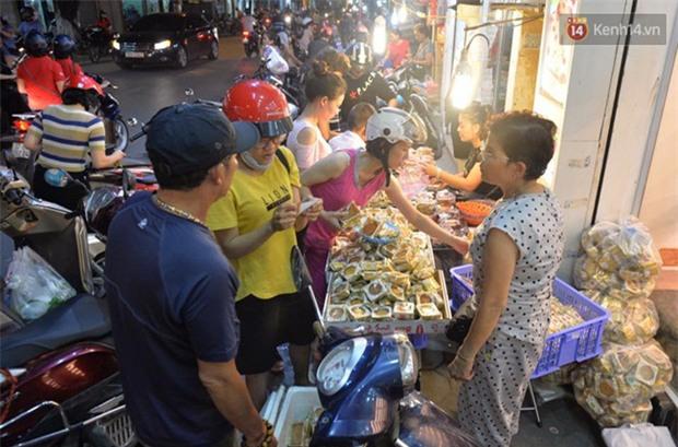 Người dân Hà Nội đổ xô ra vỉa hè mua bánh Trung thu đại hạ giá 15.000 đồng/cái, giao thông hỗn loạn - Ảnh 4.