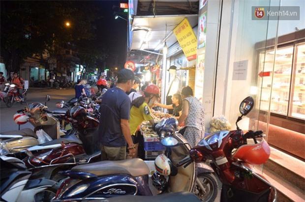 Người dân Hà Nội đổ xô ra vỉa hè mua bánh Trung thu đại hạ giá 15.000 đồng/cái, giao thông hỗn loạn - Ảnh 5.