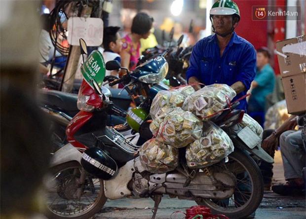 Người dân Hà Nội đổ xô ra vỉa hè mua bánh Trung thu đại hạ giá 15.000 đồng/cái, giao thông hỗn loạn - Ảnh 6.
