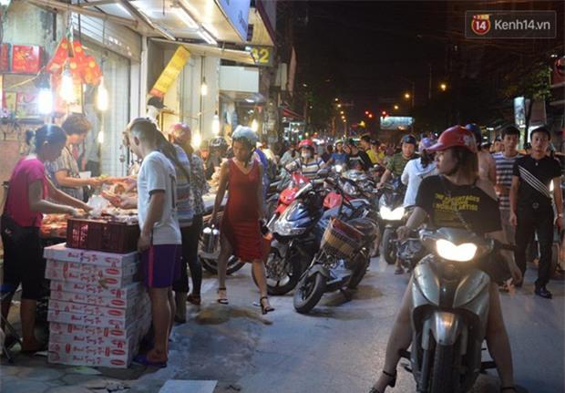 Người dân Hà Nội đổ xô ra vỉa hè mua bánh Trung thu đại hạ giá 15.000 đồng/cái, giao thông hỗn loạn - Ảnh 7.