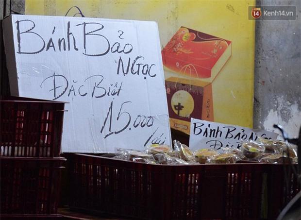 Người dân Hà Nội đổ xô ra vỉa hè mua bánh Trung thu đại hạ giá 15.000 đồng/cái, giao thông hỗn loạn - Ảnh 8.