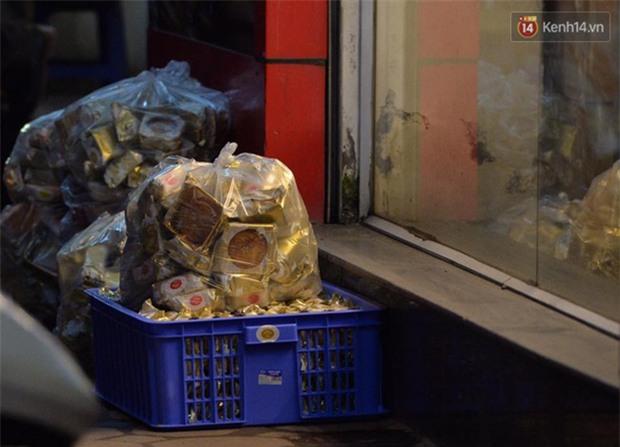 Người dân Hà Nội đổ xô ra vỉa hè mua bánh Trung thu đại hạ giá 15.000 đồng/cái, giao thông hỗn loạn - Ảnh 9.