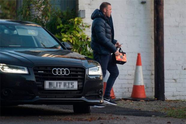 Rooney thất thểu đi cắt cỏ, lao động công ích - Ảnh 1.