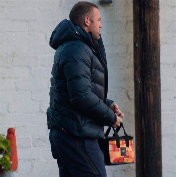 Rooney thất thểu đi cắt cỏ, lao động công ích - Ảnh 3.