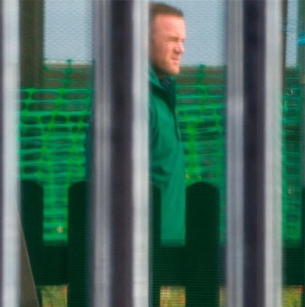 Rooney thất thểu đi cắt cỏ, lao động công ích - Ảnh 4.