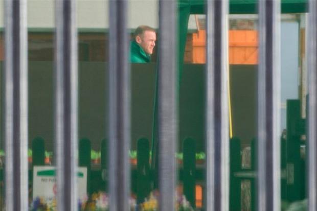 Rooney thất thểu đi cắt cỏ, lao động công ích - Ảnh 5.