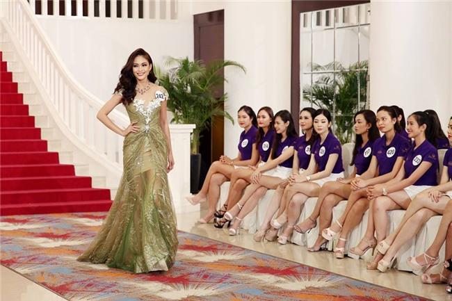 Võ Hoàng Yến lặp lại lịch sử mặc xấu ở Hoa hậu Hoàn vũ Việt Nam 2017-8