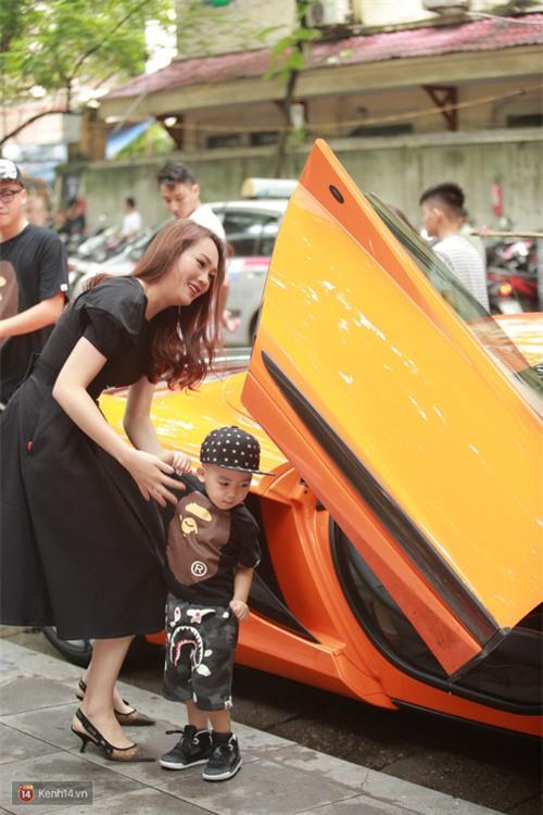 Vợ chồng Ngọc Thạch lái siêu xe 16 tỷ đồng làm xôn xao cả dãy phố - Ảnh 1.
