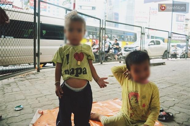 """Gặp người chồng """"bị vợ bỏ, đưa 2 con trai đi ăn xin"""" ở Hà Nội gây xôn xao trên MXH - Ảnh 2."""
