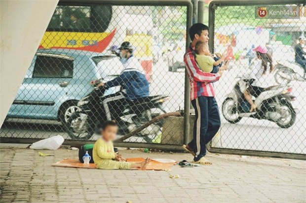 """Gặp người chồng """"bị vợ bỏ, đưa 2 con trai đi ăn xin"""" ở Hà Nội gây xôn xao trên MXH - Ảnh 4."""