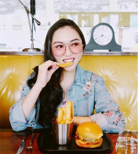 Cuộc sống sang chảnh của Chloe Nguyễn, nàng beauty blogger xinh xắn như búp bê - Ảnh 1.