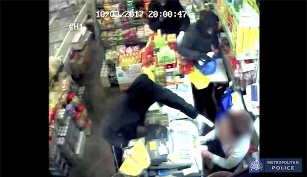 Kinh hoàng vụ việc một người phụ nữ gốc Việt bị tấn công, tạt a-xít vào miệng - Ảnh 2.