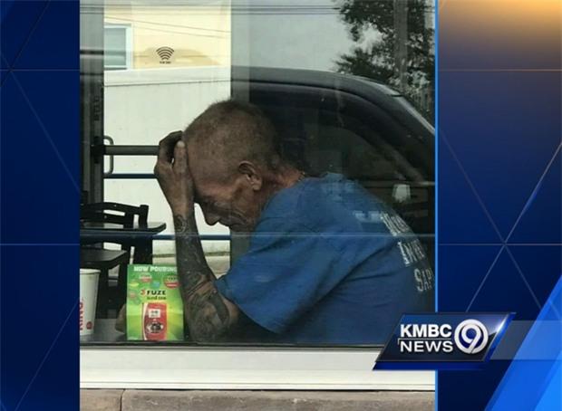 Thấy ông lão vô gia cư ngồi khóc trong nhà hàng, người phụ nữ này đã làm điều khiến ông nhớ ơn cả đời - Ảnh 1.