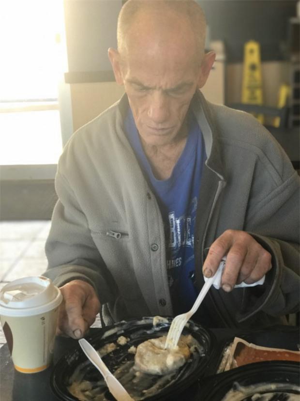 Thấy ông lão vô gia cư ngồi khóc trong nhà hàng, người phụ nữ này đã làm điều khiến ông nhớ ơn cả đời - Ảnh 2.